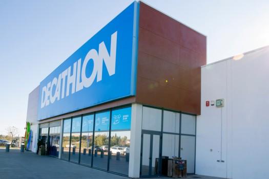 Badajoz,,Spain.,December,26,,2020.,Facade,Of,The,Dechatlon,Store