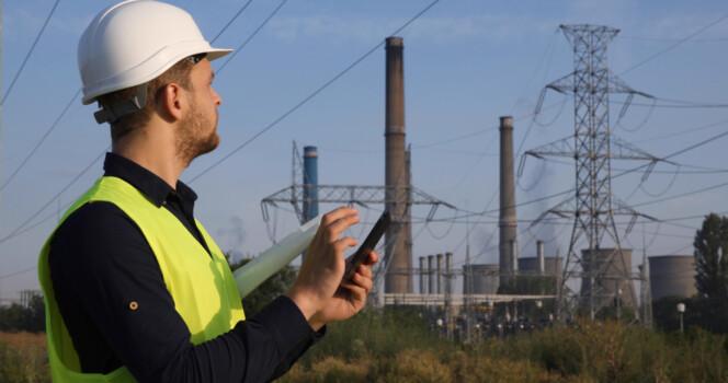 Energy,Engineer,Man,Using,Digital,Tablet,While,Looking,Up,Inspecting