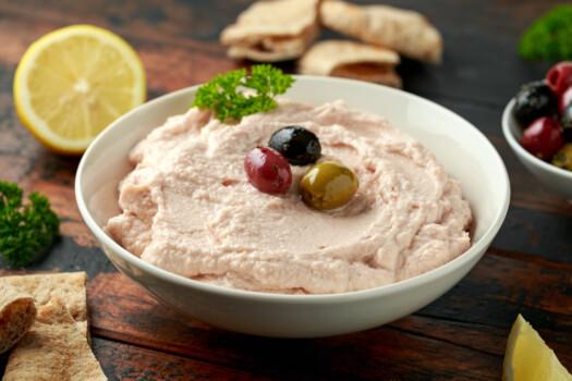 Taramasalata,Dip,With,Pita,Bread,And,Olives