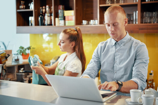 Serious,Coffeeshop,Manager,Accepting,Online,Order,When,Barista,Wiping,Glasses